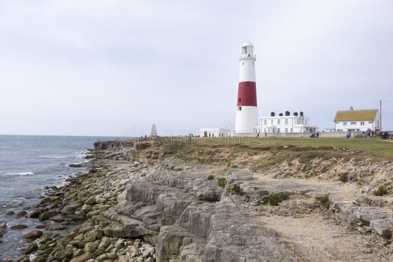 Faro della fattura di Portland su un affioramento roccioso sulla costa di Dorset fotografia stock libera da diritti