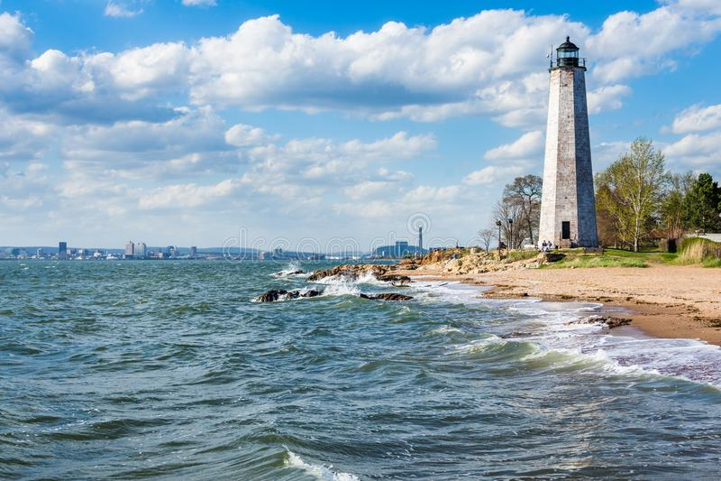 Faro della Nuova Inghilterra nel parco del punto del faro in raggiro di New Haven fotografia stock libera da diritti
