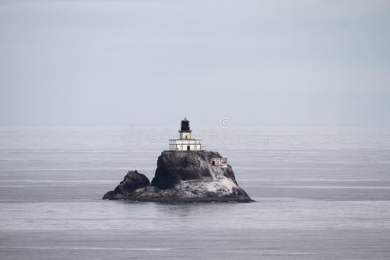 Faro della roccia di Tillamook al litorale dell'Oregon immagini stock