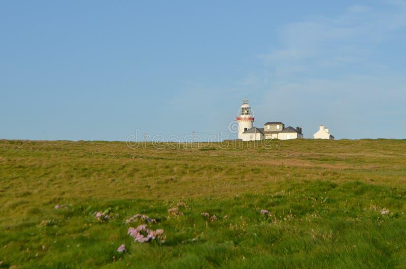 Faro della testa di ciclo e Camera di Lightkeeper's in Clare, Irlanda fotografia stock libera da diritti