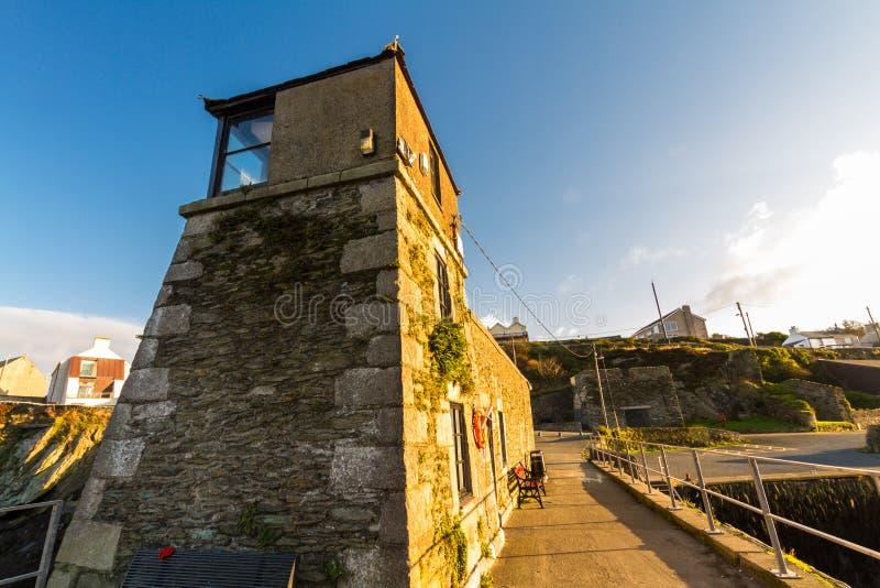 Faro di Amlwch sulla sera soleggiata, paesaggio immagine stock libera da diritti