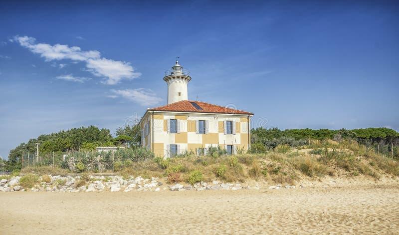 Faro di Bibione sulla spiaggia in Italia fotografie stock libere da diritti