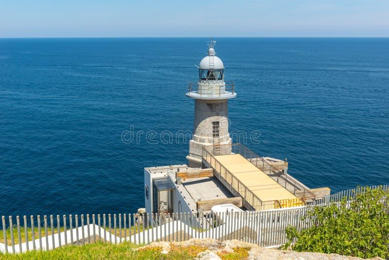 Faro di Santa Catalina a Lekeitio, Paese Basco, Spagna fotografia stock