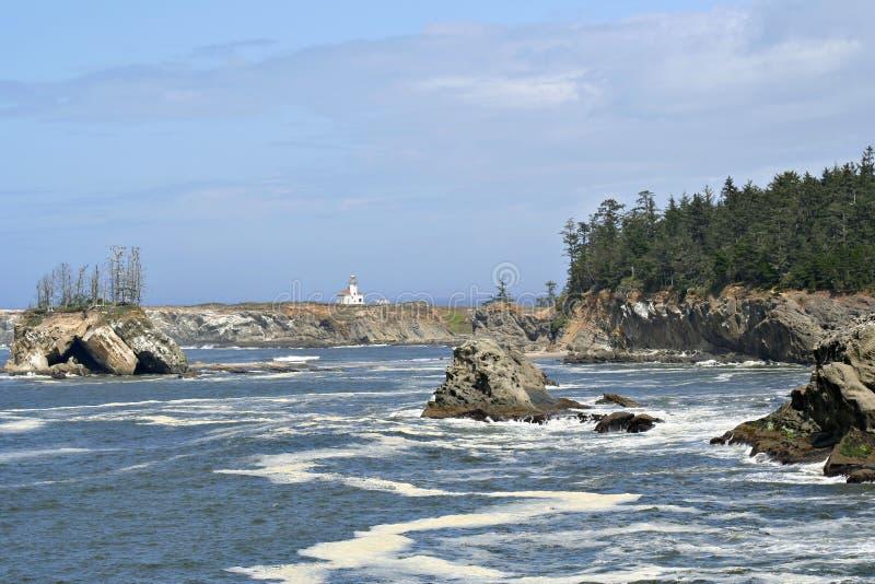 Faro di Yaquina, litorale dell'Oregon immagine stock
