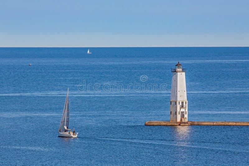 Faro e barche a vela di frankfurter immagini stock