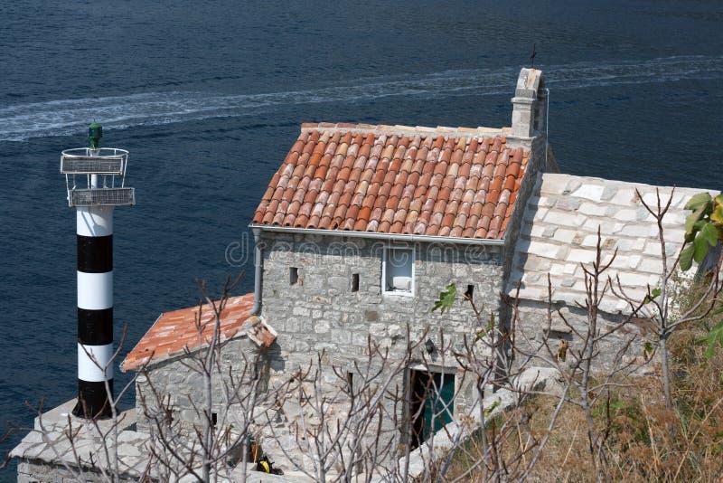Faro e chiesa medievale, baia di Cattaro, Montenegro fotografia stock