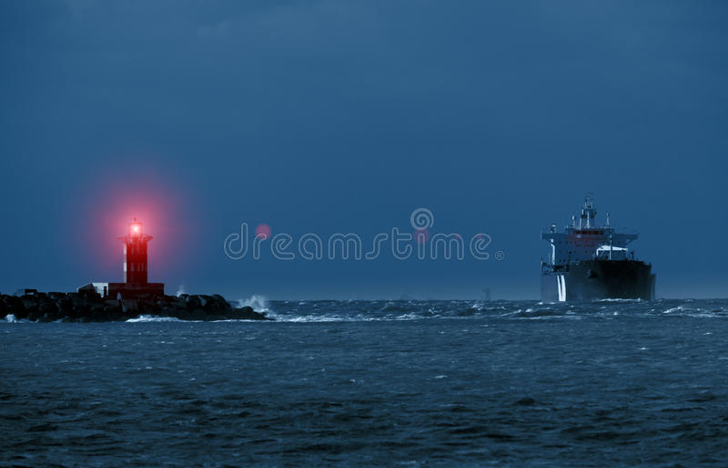 Faro e la nave fotografie stock libere da diritti