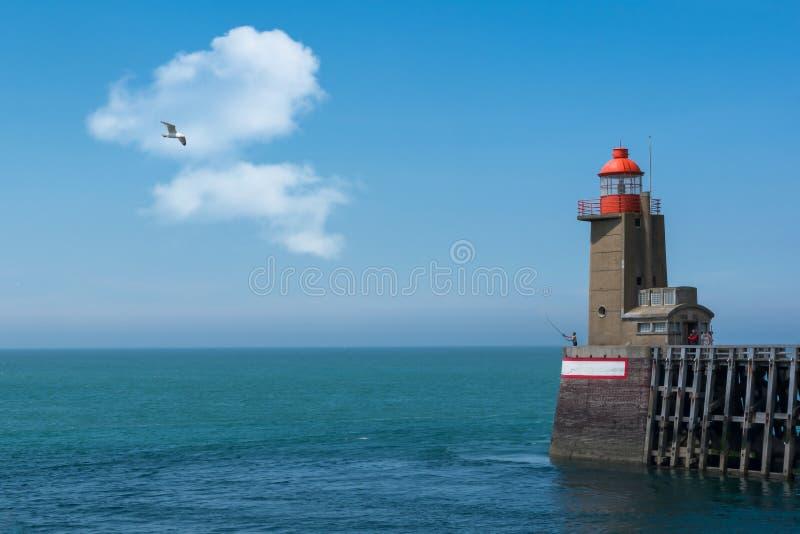 Faro e pescatori a Fecamp in Normandia in Francia immagini stock libere da diritti