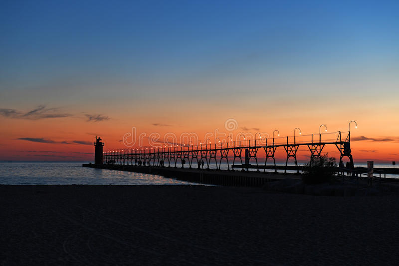Faro en asilo del sur en la puesta del sol imagenes de archivo