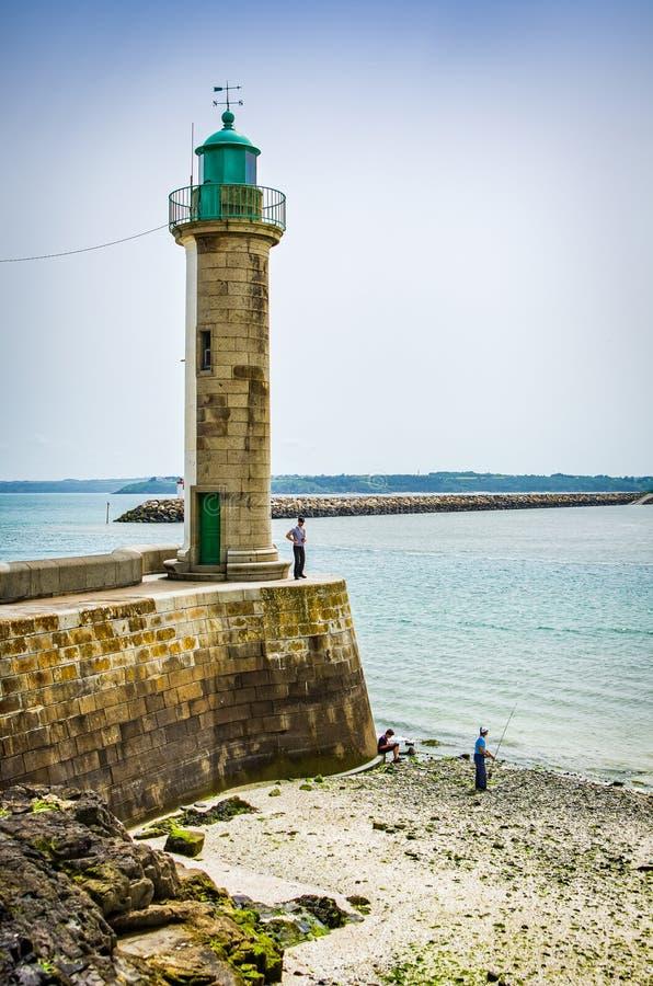 Faro en costa en Saint Brieuc en Francia foto de archivo