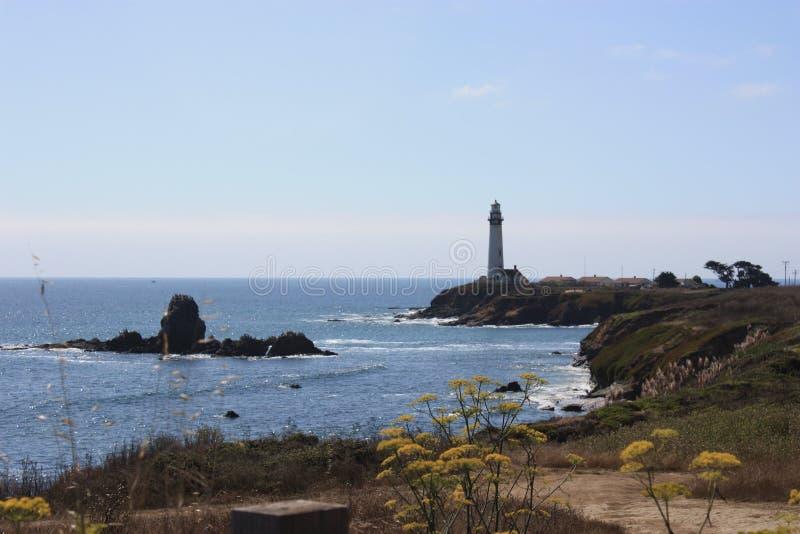 Faro en el camino costal California fotos de archivo libres de regalías