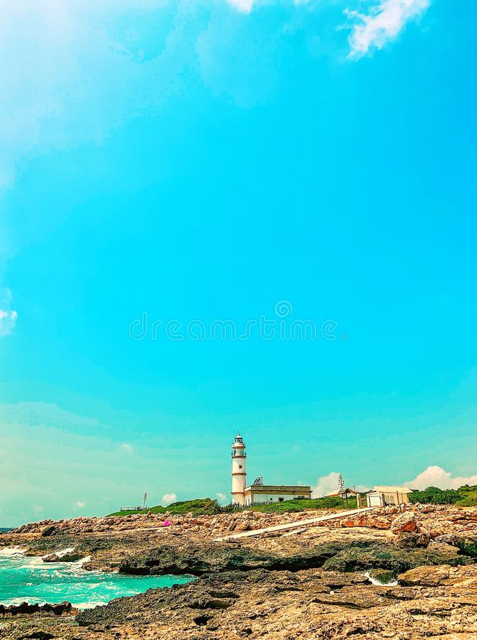 Faro en el casquillo de Ses Salines, Mallorca Durante el verano, ningunas personas con el cielo azul intenso imagen de archivo