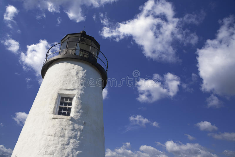 Faro en el cielo nublado azul foto de archivo libre de regalías