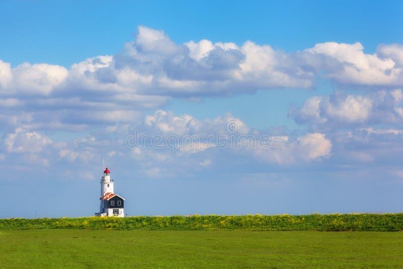 Faro en el fondo del cielo azul hermoso fotografía de archivo