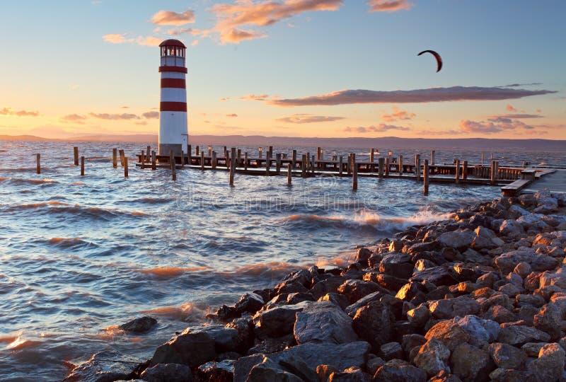 Faro en el lago Neusiedl en la puesta del sol imagen de archivo libre de regalías