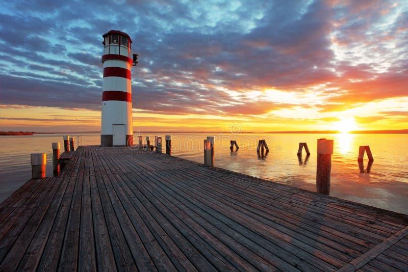 Faro en el lago Neusiedl en la puesta del sol imagen de archivo
