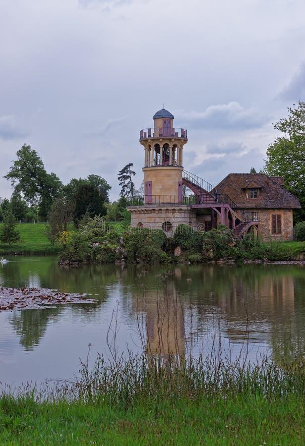 Faro en el lago en el pueblo viejo de Marie Antoinette Versailles fotos de archivo libres de regalías