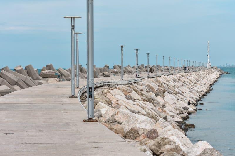 Faro en el mar, el camino al faro fotografía de archivo