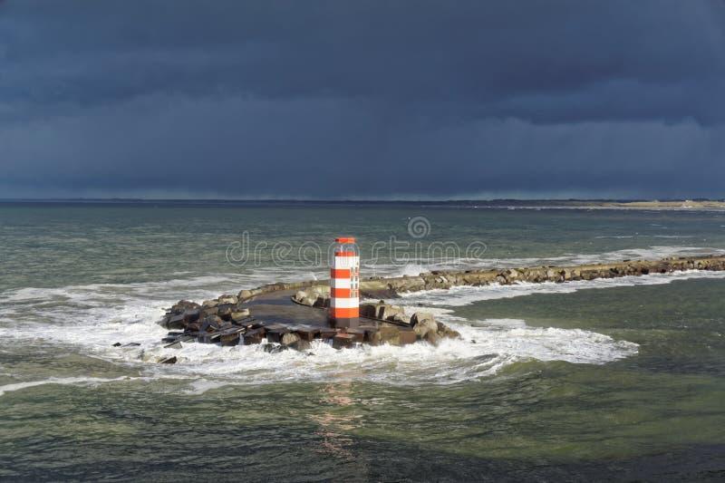 Faro en el mar tempestuoso foto de archivo