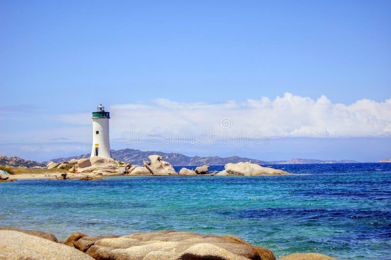 Faro en la costa imagen de archivo
