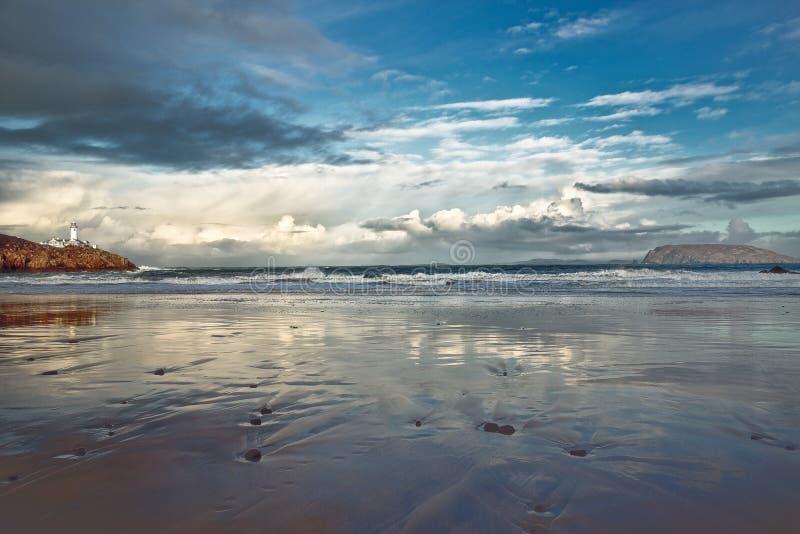 Faro en la distancia, Fanad, Co Donegal, m Irlanda imagen de archivo libre de regalías