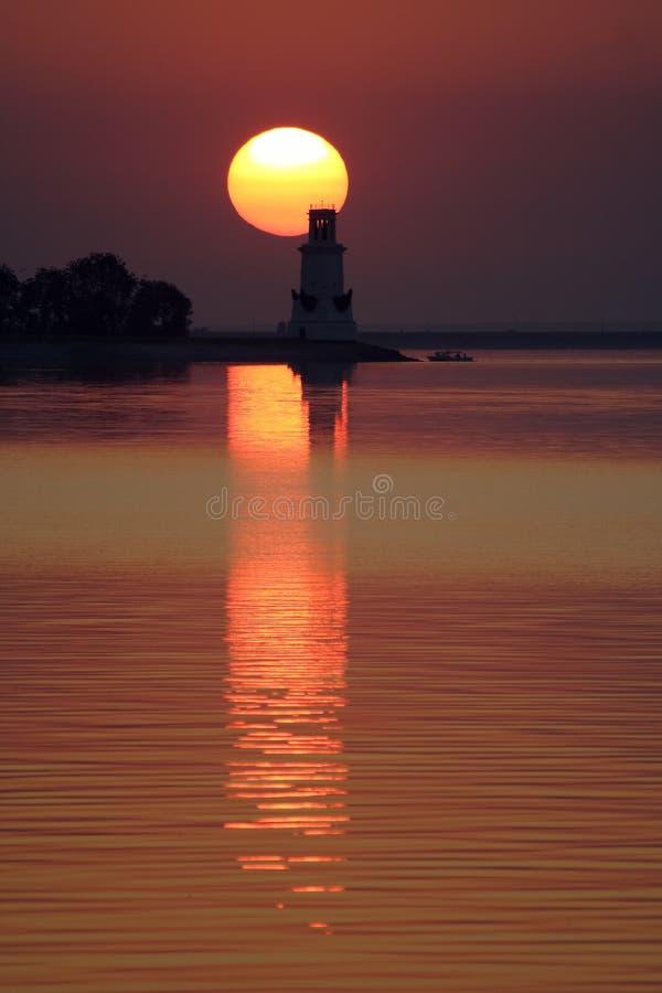 Faro en la puesta del sol imagen de archivo libre de regalías