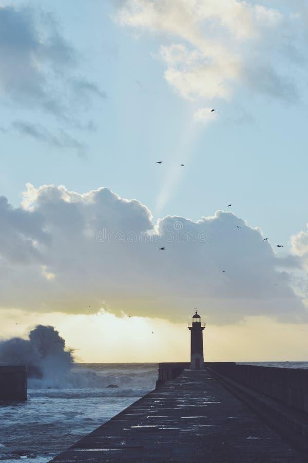 Faro en la tormenta imágenes de archivo libres de regalías