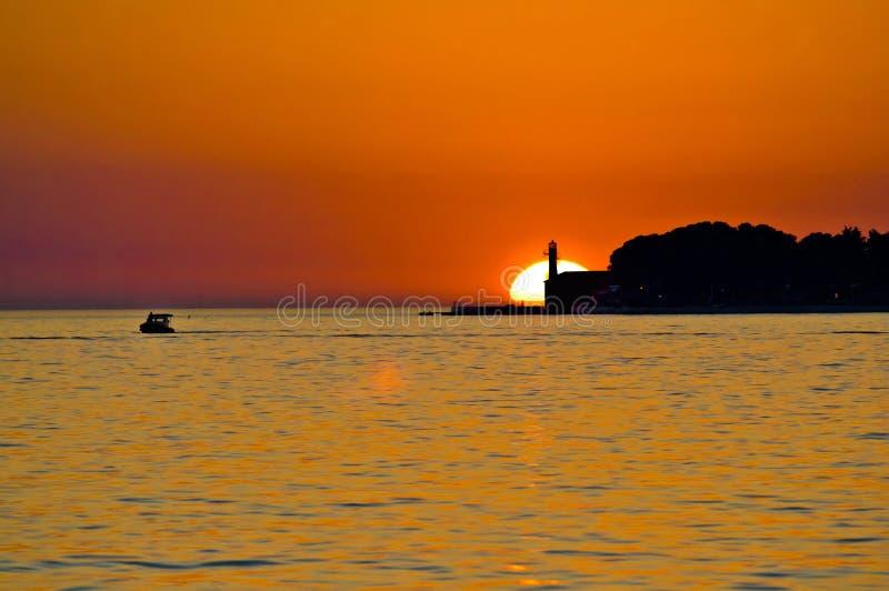 Faro en puesta del sol de la epopeya de Zadar foto de archivo libre de regalías