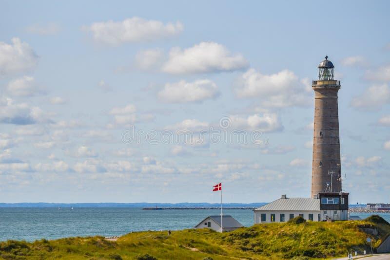Faro en Skagen, Dinamarca, en día soleado brillante con la visión escénica y el verdor imagen de archivo