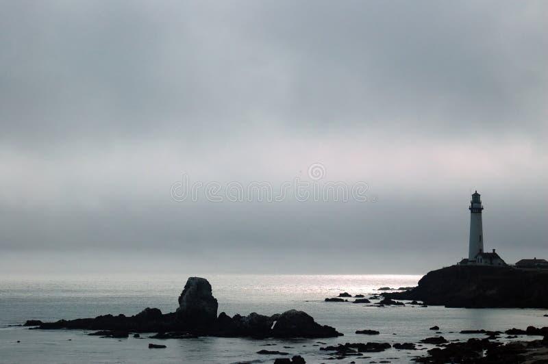 Faro en una tarde brumosa fotografía de archivo