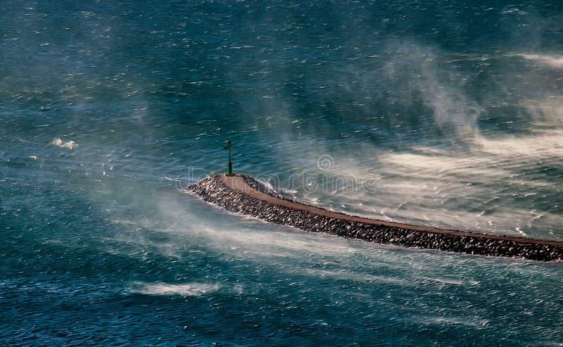 Faro en viento imagenes de archivo
