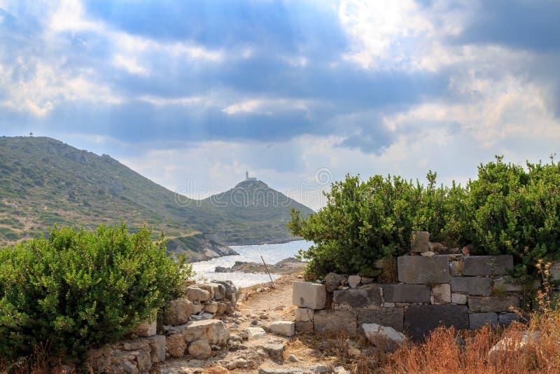 Faro entre los remmants de la ciudad antigua en Knidos imágenes de archivo libres de regalías