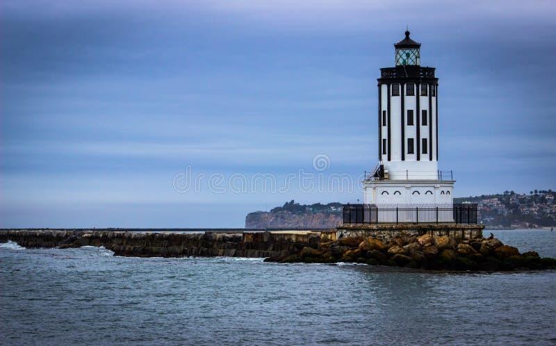 Faro fuori dalla costa di Long Beach sull'oceano Pacifico immagine stock