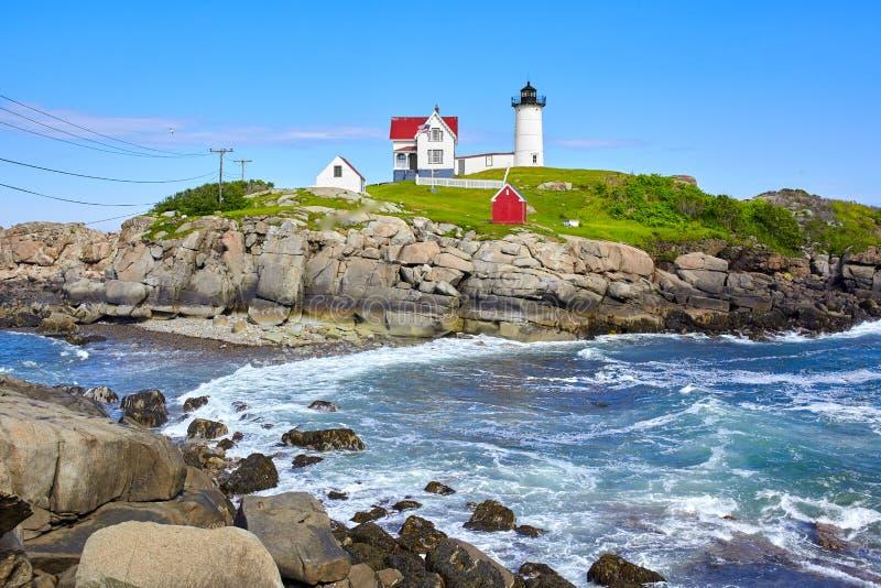 Faro hermoso de la protuberancia pequeña en Maine State en la costa este de los E.E.U.U. imágenes de archivo libres de regalías