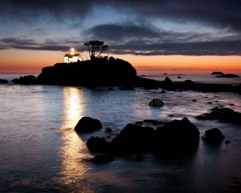 Faro histórico iluminado, punta de la batería. fotos de archivo libres de regalías