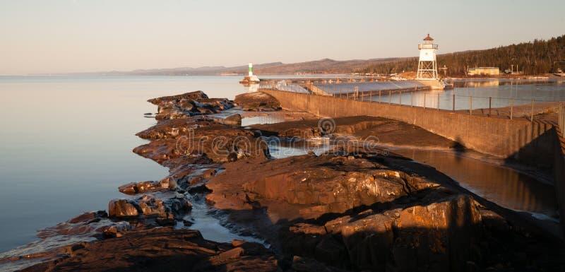 Download Faro Leggero Il Lago Superiore Minneso Del Frangiflutti Del Porto Di Mattina Immagine Stock - Immagine di spiaggia, freeze: 56889209