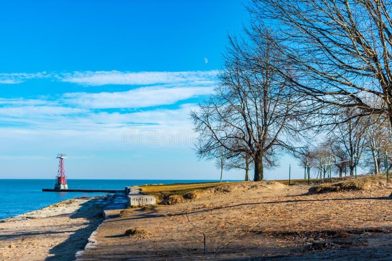 Faro ligero en el lago Michigan a lo largo de las orillas de la playa adoptiva en Chicago fotografía de archivo libre de regalías