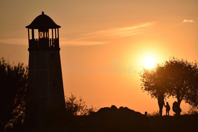 Faro nei raggi del tramonto fotografie stock libere da diritti