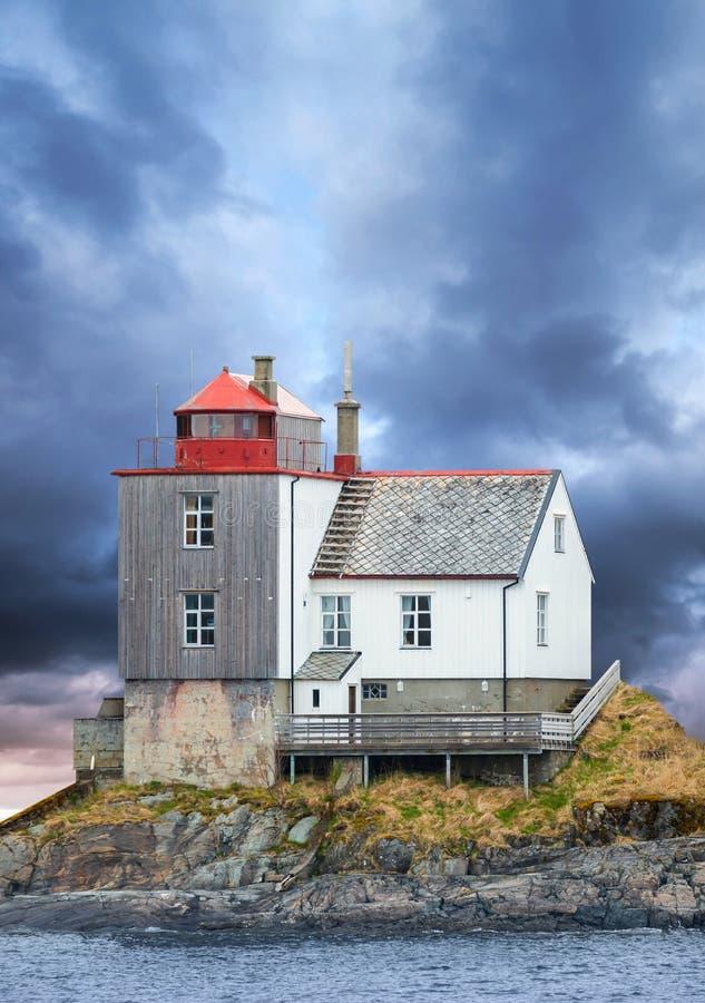 Faro noruego viejo en la isla rocosa imagen de archivo