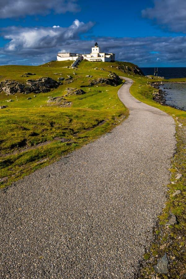 Faro pittoresco del punto di Strathy vicino a Thurso alla costa del nord atlantica della Scozia immagine stock