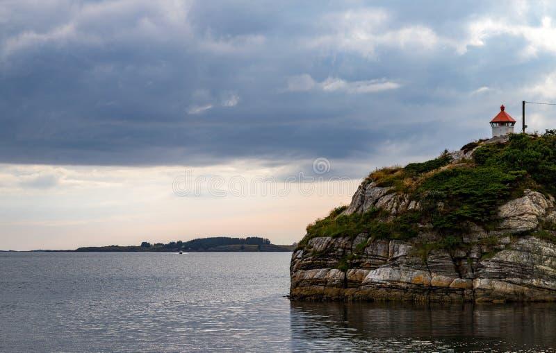 Faro por el mar, una tarde reservada imagenes de archivo