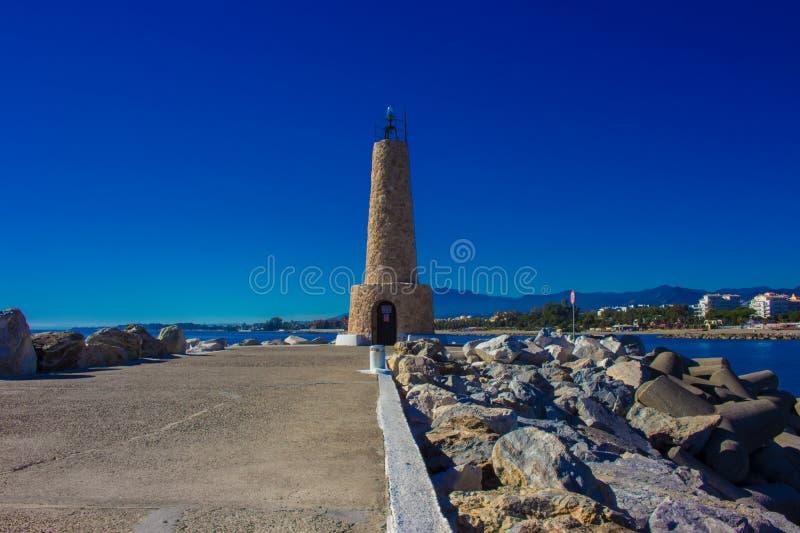 Faro Porto di Puerto Banus fotografie stock libere da diritti