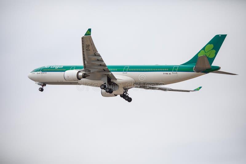 Faro, Portugal - julio de 2018: El avión de pasajeros de Aer Lingus saca del aeropuerto internacional FAO de Faro durante d3ia imágenes de archivo libres de regalías