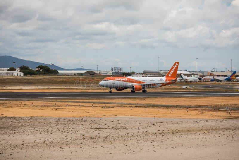 Faro, Portugal - julio de 2018: El avión de pasajeros del jet fácil saca del aeropuerto internacional FAO de Faro durante d3ia imagen de archivo