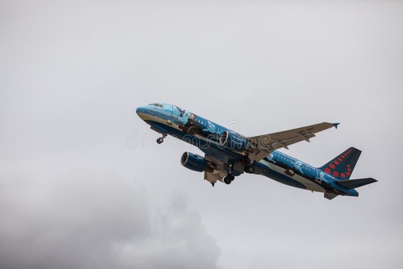 Faro, Portugal - julio de 2018: El avión de pasajeros de las líneas aéreas de Bruselas saca del aeropuerto internacional FAO de F imágenes de archivo libres de regalías