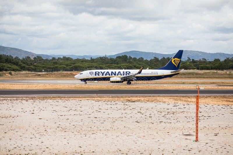 Faro, Portugal - julio de 2018: El avión de pasajeros de Ryanair saca del aeropuerto internacional FAO de Faro durante d3ia fotografía de archivo libre de regalías