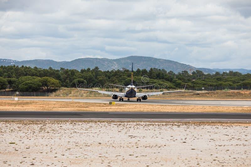 Faro, Portugal - julio de 2018: El avión de pasajeros de Ryanair saca del aeropuerto internacional FAO de Faro durante d3ia imagen de archivo