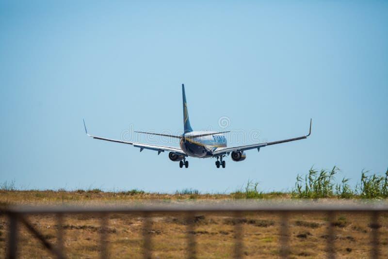 Download FARO, PORTUGAL - Juny 30, 2017: Ryanair-Flugflugzeuglandung Auf Internationalem Flughafen Faros Redaktionelles Stockfotografie - Bild von groß, blau: 96935167