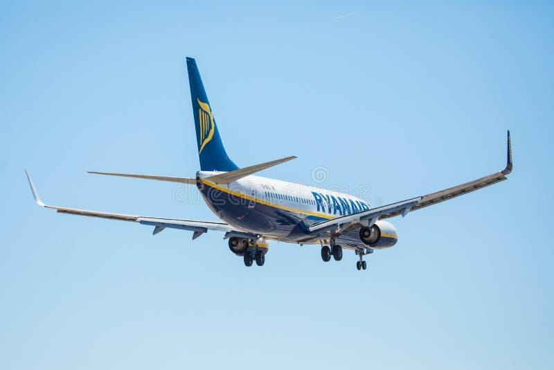 Download FARO, PORTUGAL - Juny 30, 2017: Ryanair-Flugflugzeuglandung Auf Internationalem Flughafen Faros Redaktionelles Stockbild - Bild von blau, ankunft: 96935384