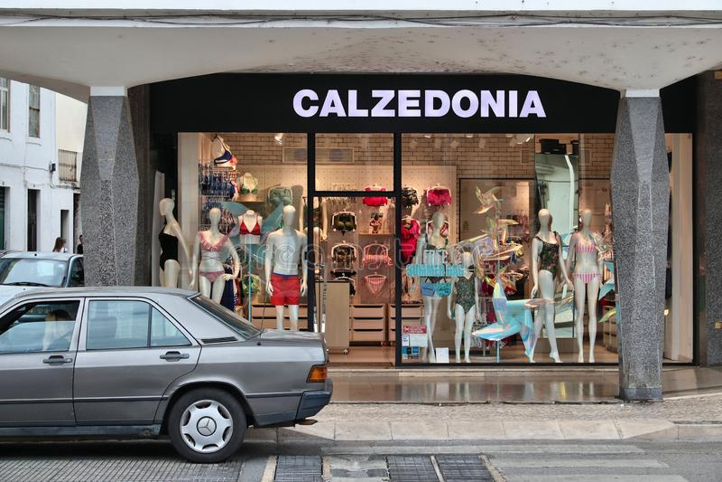 FARO PORTUGAL - MAJ 30, 2018: Calzedonia damunderkläder- och underkläderlager i Faro, Portugal Calzedonia är ett italienskt modem royaltyfria bilder